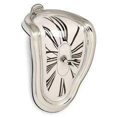 Reloj de Dalí Melting Time. Reloj estilo Dali muy original como si estuviera derritiendose. Podrás apoyarlo sobre cualquier repisa o mesa.Si te gusta Dalí o los productos de decoración divertidos, este reloj es inmejorable para decorar o regalar a tus amigos y familiares, demostrarás lo creativo que eres a la hora de elegir regalos!Medidas: 18 x 13 cm. Funciona con 1 pila AA