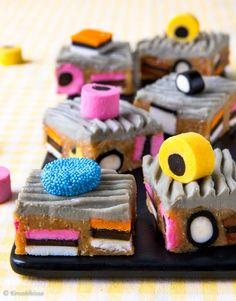Keksitikkarit ovat olleet yksi 2010-luvun hittileivonnaisista. Niiden suosio perustuu hauskan muodon ohella helppoon valmistustapaan ja tietenkin herkulliseen makuun. Hyvin samantapaisesta keksimassasta on kysymys näissä minileivoksissa. Sitruunarahkalla maustettu keksiseos toimii hyvin vuokaan litisteltynä ja jähmettymisen jälkeen kuutioiksi leikattuna. Sweet Little Things, Candy Cookies, Mini Pies, Recipes From Heaven, Something Sweet, No Bake Cake, Baking Recipes, Sweet Treats, Yummy Food