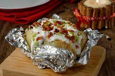 La papa al horno es una receta muy sabrosa, excelente para cocinársela a los más pequeños de la casa. Una receta deliciosa y fácil. Una rica papa horneada rellena de tocino, crema y queso azul.