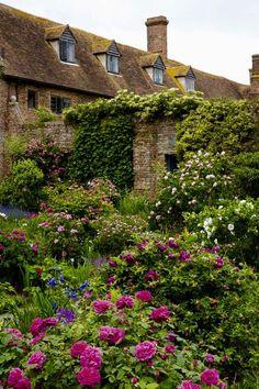 pagewoman: Sissinghurst Roses   ❀  (via national trust)