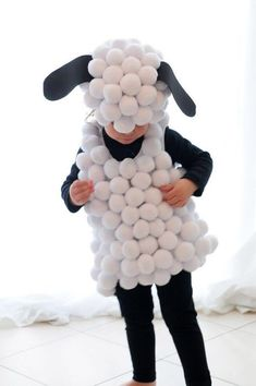 48 halloween costumes for kids/girl!Sometimes store-bought Halloween costumes just don\'t cut it. These DIY Halloween costumes for kids are easy to make and more unique. Diy Halloween Costumes For Kids, Holidays Halloween, Baby Halloween, Halloween Crafts, Group Halloween, Halloween Parties, Halloween Stuff, Vintage Halloween, Sheep Costumes