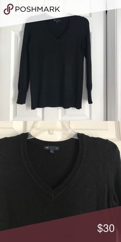 Gap v neck xs sweater Only worn a few times and great condition  perfect for the upcoming fall GAP Sweaters V-Necks