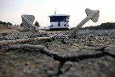 Le Danube à sec - 27/08/2012    Une sécheresse sans précédent frappe les Balkans: le niveau des cours des rivières dans la région a dramatiquement baissé. Le Danube, en Serbie, a particulièrement souffert de la canicule. Celle-ci a eu d'autres effets dévastateurs sur la région où des dizaines de milliers d'hectares ont brûlé dans des incendies provoqués par les hautes températures avoisinant souvent les 40 degrés.