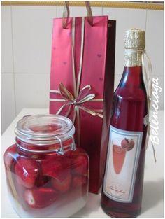 Esta receta de licor de fresa se la dedico especialmente a José Mª, un compañero de trabajo de María. Gracias por el regalo que nos has mandado; en la mesa de Navidad te tendremos muy presente. Los licores de orujo caseros son una delicia. Lo ideal es...
