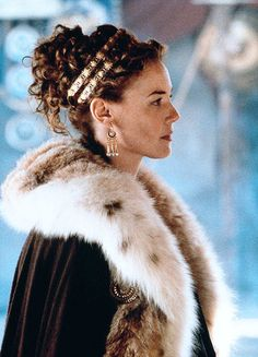Connie Nielsen in Gladiator costume inspired by the winter garments worn by the royalty of Ancient Greece. Gladiator 2000, Gladiator Movie, Gladiator Maximus, As Roma, Movie Costumes, Film Serie, Historical Costume, Ancient Greece, Ancient Rome