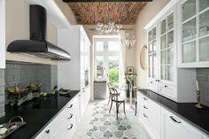 Piękna kuchnia: wnętrza w klasycznym stylu - Galeria - Dobrzemieszkaj.pl Kitchen Styling, Classic Style, Kitchen Design, Kitchen Cabinets, Kitchens, Home Decor, Design Ideas, Cuisine Design, Decoration Home