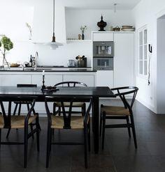 Una cocina con encanto en blanco y negro   Silla Fer Chair: http://due-home.com/salon-comedor/fer-chair.html Lámpara Cup: http://due-home.com/salon-comedor/lampara-colgante-cup-grande.html
