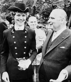 14 juillet 1973. Une jeune femme, épée au côté, défile sur les Champs-Élysées. Coiffée du tricorne dessiné par Pierre Cardin et portant fièrement le drapeau national en tête des élèves de l'X, Anne Chopinet, major de l'École Polytechnique, est la première femme à avoir, en 1972, franchi comme élève le porche de la prestigieuse institution de la Montagne Sainte-Geneviève. Devenue Mme Duthilleul, elle a fait l'essentiel de sa carrière dans les arcanes du pouvoir et les établissements publics.