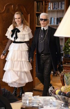 Cara Delevingne presents creations by designer Karl Lagerfeld for the Chanel fashion house during the 2014 Chanel Metiers d'Art show Cara Delevingne, World Of Fashion, Girl Fashion, Fashion Dresses, Fashion Design, Fashion News, Karl Lagerfeld, Kendall Jenner, Chanel Fashion