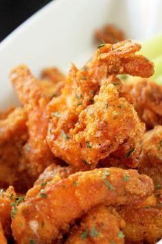 Les sportifs de salon seront heureux d'essayer cette fabuleuse recette de crevettes Buffalo comme ils se font dans le fameux Hooters! Il reste juste à recréer l'ambiance
