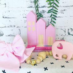 Pretty in Pink  by @east_and_co I - - - #kidsinteriors_com #kidsinteriors #kidsinterior #kidsroom #childrensroom #girlsroom #girlsdecor #pink #barnrum #chambreenfant #chambrefille #barnerom #kidsdesign #kidsdecor #decorforkids #kidsroomdecor #kinderkamer #kinderzimmer #instadecor