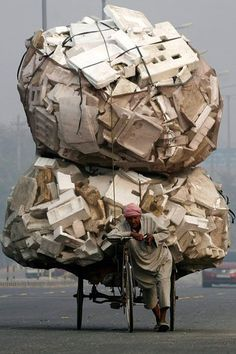 Raccoglitore di cartoni a New Delhi