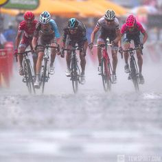 The fastest boat out of the water wins 🙃 @puritocycling @romainbardet @sebashenaogomez @baukemollema @louismeintjes #rain #likehell #water #sprint #arrival @letourdefrance #stage9 #tdf2016 #cycling