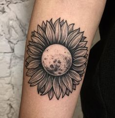 50 Sonnenblumen Tattoos für Frauen - Tattoo Motive - New Ideas Sunflower Tattoo Sleeve, Sunflower Tattoo Shoulder, Sunflower Tattoo Small, Sunflower Tattoos, Sunflower Tattoo Design, Sunflower Mandala Tattoo, Flower Tattoos On Shoulder, Sunflower Leaves, White Sunflower