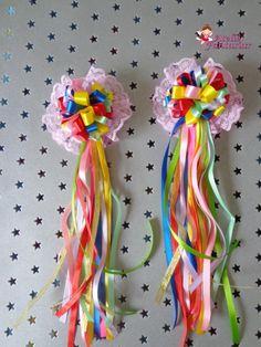 PAR DE POM POMS COLORÉ NO BICO DE PATO Making Hair Bows, Diy Hair Bows, Diy Bow, Ribbon Hair, Ribbon Bows, Clay Crafts, Fun Crafts, Diy And Crafts, Fabric Bows