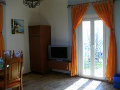 Der Wohnbereich mit Fernsehen. Curtains, Home Decor, Beige, Pictures, View Tv, Living Area, Homes, Insulated Curtains, Interior Design