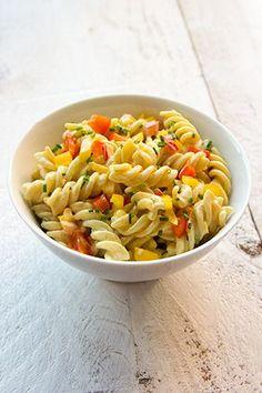 Koude-pastasalade-met-curry,-paprika-en-bieslook Veggie Recipes, Pasta Recipes, Salad Recipes, Vegetarian Recipes, Healthy Recipes, Curry Pasta Salad, Soup And Salad, I Love Food, Good Food