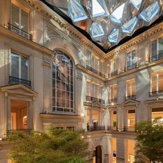 Apartment-Style Global Tech Stores - The Apple Store in Paris Embraces Classical Architecture (GALLERY) Classical Architecture, Amazing Architecture, Architecture Design, Foster Partners, Parisian Apartment, Norman Foster, Mid Century House, 19th Century, Lakes