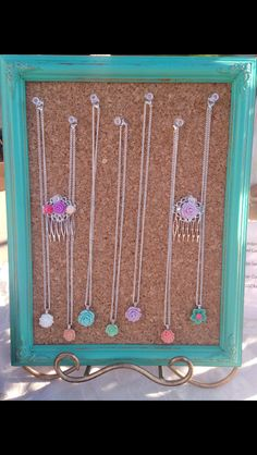 Simple and elegant shabby chic necklaces paid with an adorable hair comb for the perfect chic look !