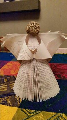 Haz un ángel navideño usando una vieja revista o libro Paper Christmas Decorations, Christmas Paper Crafts, Holiday Crafts, Old Book Crafts, Book Page Crafts, Sheet Music Crafts, Magazine Crafts, Book Folding Patterns, Angel Crafts