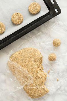 Come formare i Biscotti ai fiocchi d'avena - Ricetta Biscotti ai fiocchi d'avena