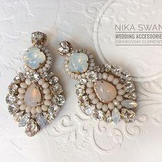 Нежные Свадебные серьги с опаловыми центральными элементами. Усыпаны кристаллами Swarovski и пудровыми агатами. Застежка - серебряные гвоздики. Выполнены на заказ. ☺ __________________________ #bridestory #bridalaccesories #bridalaccessory #wedding #свадебныесерьги #серьгиневесты #свадьбакрасноярск #свадебныеаксессуары #свадебныеаксессуарыкрасноярск #серьгиручнойработы Funky Jewelry, Handmade Beaded Jewelry, Jewelry Accessories, Jewelry Design, Bridal Earrings, Beaded Earrings, Wedding Jewelry, Jewelry Trends, Jewelery