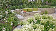 Beeteinfassung mit einer Mauer gestalten. Diese und weitere Gartenideen zur Bestumrandung jetzt lesen!