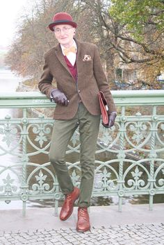 The article talks about an uberstylish elderly gentleman called Gnther Krabbenhft, who was recently photographed in Berlin and is making the Internet go crazyall thanks to his sartorial sense. Hipster Stil, Style Hipster, Hipster Fashion, Mens Fashion, Grunge Style, Soft Grunge, Street Fashion, Estilo Dandy, Style Streetwear