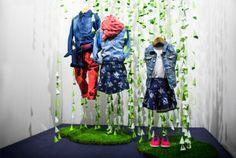 La Primavera en un mundo al revés, escaparate con #lluvia verde y... moda infantil por  Shöck in windöws