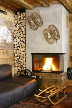 Chalet atmosphere: the decor has charm! - Trendy Home Decorations Cabin Fireplace, Rustic Fireplaces, Modern Fireplace, Fireplace Design, Fireplace Tiles, Fireplace Kitchen, Fireplace Remodel, Chalet Chic, Chalet Style