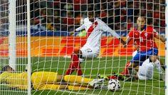 Con angustia y sin ser netamente superior, la selección de Chile logró su pase a la final de la Copa América 2015, luego de vencer 2-1 a Perú, que fue muy digno y que mereció más. En el partido de semifinales disputado en el Estadio Nacional, los goles de la victoria fueron obra de Eduardo […]