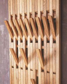 Dies ist ein Klavier, das Sie nie einstimmen müssen! Diese Mehrzweck-Rack und Aufhänger-Panel mit Klapphaken ist eine schlanke Ergänzung zu den Bädern, Schränke, Schlafzimmer, Flur - Sie nennen es! Hängen Sie eine in der Tür für Wintermäntel und Hüte. Alle Haken sind mit Niodim-Magneten ausgestattet Smart Furniture, Furniture Design, Home Entrance Decor, Home Decor, Wooden Coat Hangers, Flur Design, Wall Organization, House Design, Interior Design