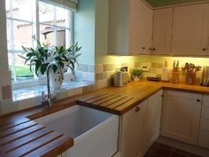 Belfast sink with wooden kitchen worktop Source picked for you Wooden Kitchen, Ikea Kitchen, Kitchen Decor, Country Kitchen Tiles, Kitchen Interior, Kitchen Sink Window, Kitchen And Bath, Belfast Sink Kitchen, Kitchen Windows