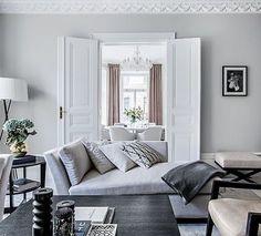 Detta hem som visats i tidningen Residence är nu till salu. Jag undrar var soffdelen i bild kommer ifrån, någon som vet? #stucco #stuckatur #sekelskifteslägenhet #sekelskifte #östermalm #hemnet #stockholm #luxuryhomes #soffa #livingroom #design #vardagsrum #inredning