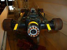 Para la parte superior del auto usé parte de un control remoto de vhs y otros elementos caseros
