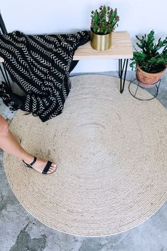 I could definitely make this rope rug that would be perfect for my brother's oddly shaped entryway!