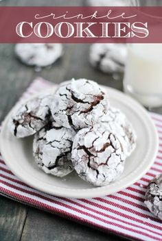 Chocolate Crinkle cookie are easy, delicious, and always a family favorite! Fudgy dark chocolate cookies smothered in powdered sugar. Chocolate Crinkle Cookies, Chocolate Crinkles, Chocolate Chips, Just Desserts, Delicious Desserts, Yummy Food, Delicious Cookies, Christmas Food Gifts, Christmas Desserts