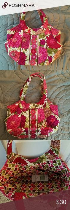EUC VB Bag Hello Dahlia EUC Vera Bradley bag in Hello Dahlia. Beautiful print, still has care card with it, plenty of room inside with 2 side pockets and magnetic closure. Vera Bradley Bags Shoulder Bags
