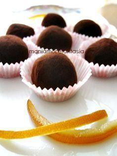 Tartufini di cioccolato all'arancia Easy Sweets, Sweets Recipes, Cheesecake Desserts, Mini Desserts, Chocolate Truffles, Chocolate Recipes, Sweet Cafe, Caramel, Italian Desserts