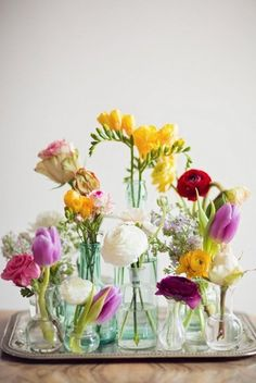 Wedding Flower Arrangements U sladkého koutku? - Bring a touch of spring to your table setting with these easy spring centerpieces. These floral arrangements are perfect for any spring occasion. For more spring centerpiece ideas go to Domino.