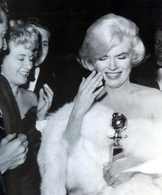Marilyn Monroe & Shelley Winters, they were room mates when MM moved to Hollywood. Fotos Marilyn Monroe, Marylin Monroe, Lauren Bacall, Vintage Hollywood, In Hollywood, Shelley Winters, Ambassador Hotel, Tony Curtis, Montage Photo