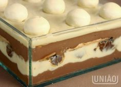 PAVÊ OURO BRANCO Candy Recipes, Sweet Recipes, Dessert Recipes, Food Cakes, Chocolate Flavors, Chocolate Recipes, Delicious Deserts, Yummy Food, Brazillian Food