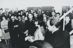 """Exposición """"Tumbas"""", Marta Traba, Juan Antonio Roda, María Teresa Guerrero, Ana Mercedes Hoyos y Belisario Betancur, entre otros, 1963. Foto: Archivo MAMBO"""