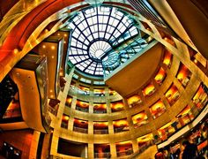 L'atrio centrale della Public Library Main Branch di San Francisco,