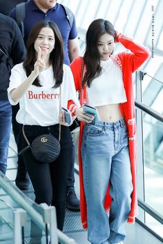 Find images and videos about kpop, blackpink and kim jisoo on We Heart It - the app to get lost in what you love. Blackpink Jisoo, South Korean Girls, Korean Girl Groups, Blackpink Youtube, Blackpink Outfits, Winter Outfits, Black Pink ジス, Look Body, Jennie Kim Blackpink