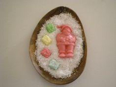 Bandeja de madera, tamaño 26x19 cm, con forma de elipse. Jabón de glicerina: Papa Nöel rojo opaco  con cuatro cajitas de regalo de diversos colores. Esencia de limón.