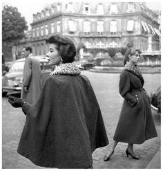 Bettina et Brigitte Bardot. Place François 1er Paris 75008 (1954) Georges Dambier.