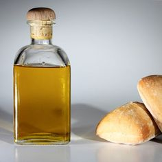 Aceite de Oliva Virgen Extra y pan, compañeros inseparables. Extra Virgin Olive Oil and bread as a inseparable partners.