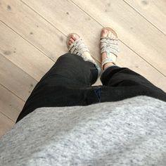 Glimmer sandaler på glimmer onsdag krydret med vores fede Black Swan April Tee!