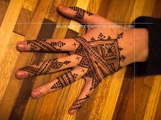 This Moroccan henna is Moroccan in so many levels: my client, who used to live in Morocco is getting henna for a trip to Morocco to give a talk on Moroccan music, and we spent most of the time talking about Morocco. Baraka was overflowing and brought us both good news the day after. #henna #henne #hina #mehndi #mehandi #mehendi #kina #inai #7enna #nqash #naksh #naqsh #nqasha #moor #morocco #moroccan #maghreb #maroc #magreb #marocain #maroc #moroccanhenna #nychenna #nycmehndi #hennanyc…